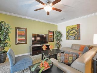 Professionally Decorated, 6 bed 5 bath pool home in Beautiful Paradise Palms