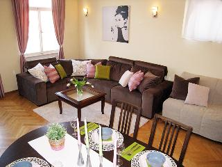 Charming & Quiet 2 Bedroom 150m to Old town square, Praga