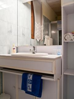 Sitelle Torchepot shower-room with vanitory unit/washbasin.