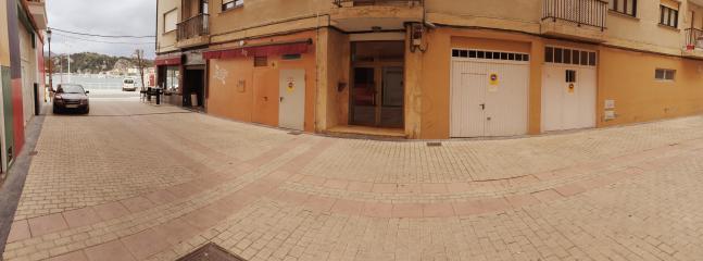 El garaje es la segunda puerta blanca. El portal es el que se ve en el centro de la imagen.