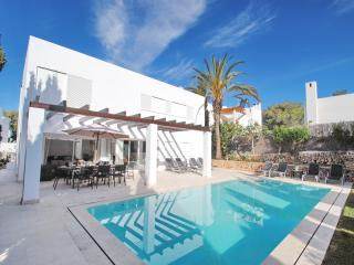 Modern villa with pool close to Cala d´Or centre and beach