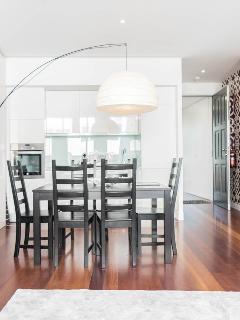 Sala de jantar e detalhe da cozinha.