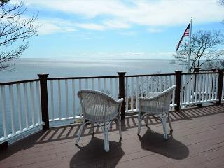 Strawberry Cove House: Waterfront, hot tub & in-law suite, Gloucester