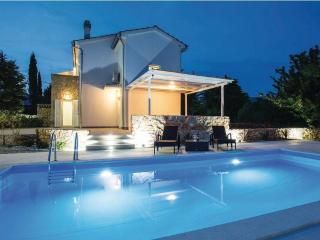10801 Family holiday house with pool, Garica