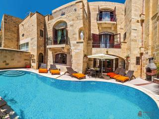 Ta Majsi, great kitchen facilities and pool area, loved the decor and sunny pool area, Gharb