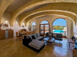 The Arches, beautiful property, super hosts, great location !, Kercem