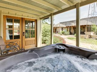 Dog-friendly home w/a hot tub & wet bar. Walk everywhere!, Luckenbach