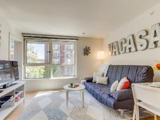 Modern, dog-friendly condo w/ shared game room, gym, & movie theater!, Seattle