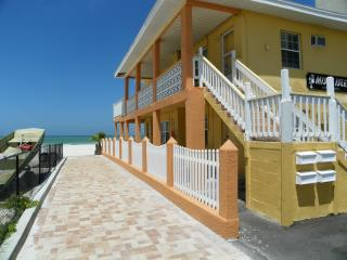 Cozy Beachfront Cottage 1b, Redington Shores