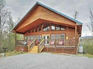 'American Dream' Tranquil 2BR Gatlinburg Cabin w/Hot Tub, Pool Table & 2 Master Suites - Only Minutes from Pigeon Forge!, Sevierville