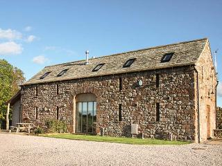 RUSBY BARN, woodburning stove, pet-friendly, underfloor heating, fantastic base for walking, Ousby, Ref 922015