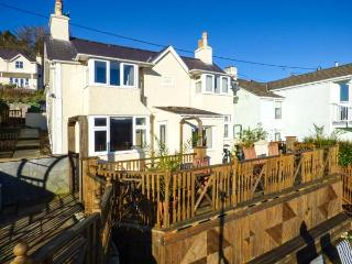 BRYN GOLEU, detached, lovely views, roadside parking, enclosed garden, in Menai Straits, Ref 926062, Menai Bridge