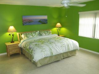 Renovated - Next to Pier - Large Heated pool, Cocoa Beach