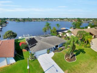 Villa Coral Palms Lakefront VIEWS!- Pool Table -  Rates as Low as $76 per Night!, Cape Coral