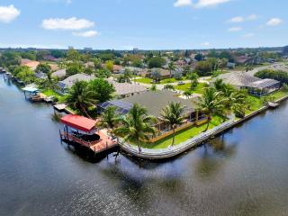 Villa Courtney, 4 bedroom 2.5 bathrooms on Gulf Access canal, sleeps 8, Cape Coral