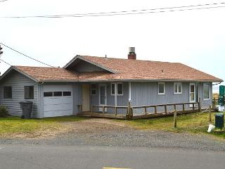 SANDY SHORES~Oceanfront home, walking distance to town and pet friendly!!, Manzanita