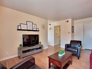 Sunny Condo Minutes from Disneyland Tram – Pool Access – Sleeps 9