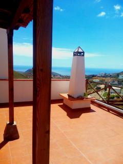Terraza con porche canario y vistas al mar
