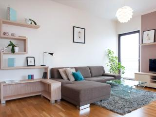 Modern Riverside Apartment with Secure Garage & Vi, Praga