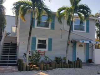 Just Steps to Downtown, Shops, Restaurants, Pier, & Beach, Pet Friendly / Pool!, Fort Myers Beach
