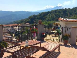PALAZZO CUTRUFELLI with Etna view. Free Wi-Fi, Graniti