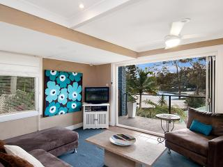 Light & airy. Beach, bay & cafes minutes walk, Hardys Bay