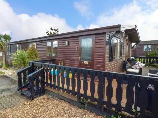 ROSY LODGE, timber lodge with WiFi, on-site pool, tennis, gym, dog welcome, close beach, Milford on Sea Ref 936071
