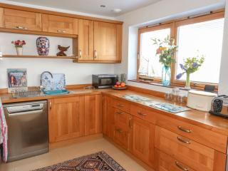 Solid oak wood, very well equipped kitchen with American fridge and an induction hob.