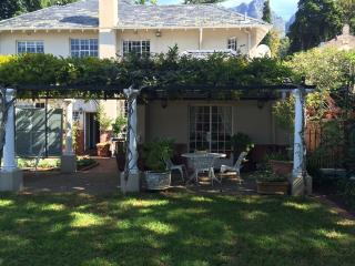 Cozy garden cottage close to UCT