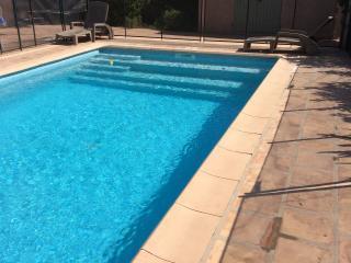 Jolie villa provencale avec clim, jardin, piscine chauffee a 400m de la plage