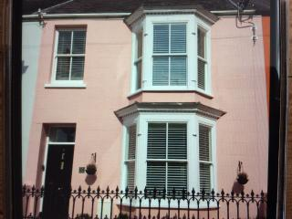 The Pink House - 4* Comfort. Close to town & Beach, Tenby