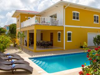 New luxury beach house, private pool,walk to reef!, Sabadeco