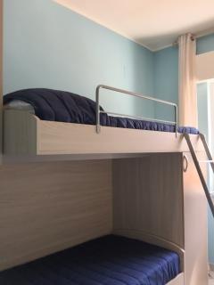 Nella cameretta il letto a soppalco ed un lettino estraibile