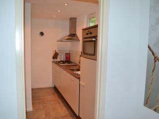 Volledig ingerichte keuken met koelkast, combi oven, vaatwasser en 4 pits kookplaat.
