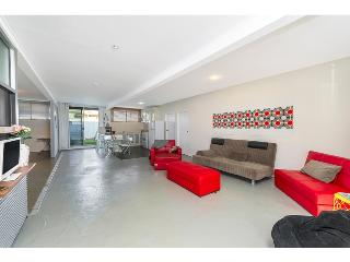 Funky, Renovated Massive Apartment - Close to city, Brisbane