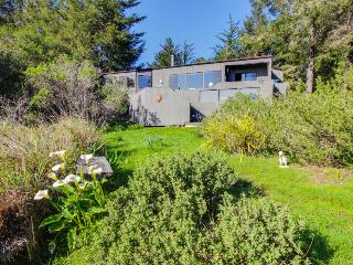 Oceanview retreat features private hot tub & sunny meadow!, Sea Ranch