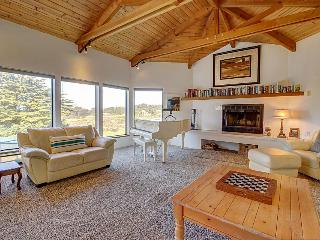 Lovely ocean bluff retreat with hot tub & beach access!, Sea Ranch
