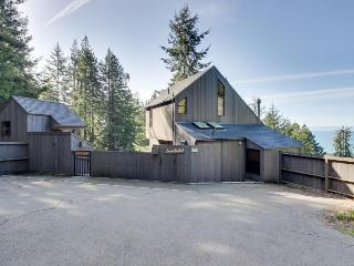 Modern cabin w/ hot tub, reading nook, & sweeping views!, Sea Ranch