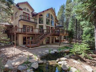 Stunning chalet w/ hot tub, zip line, a pool table & more!, Truckee