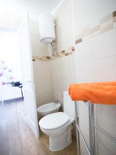 bathroom with shower and wc, free communal laundry service
