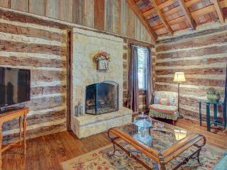 Dog-friendly cabin with a fireplace & tasting rooms on-site!, Fredericksburg