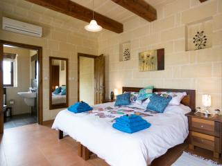 Tranquility bed and breakfast with outdoor pool, Xaghra