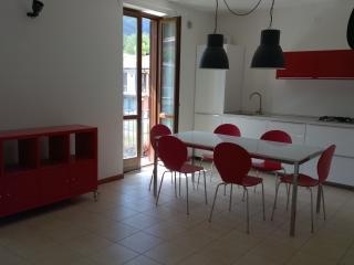 20 Lake Garda Salo', three roomed apt wifi, garage, Roe Volciano
