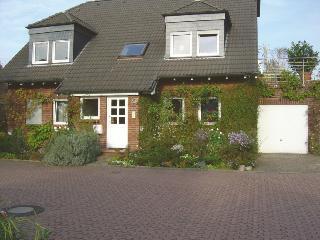 Haus Sonnenacker in toller Lage (2 Zimmer, Küche, Diele, Bad, Rheinnähe)