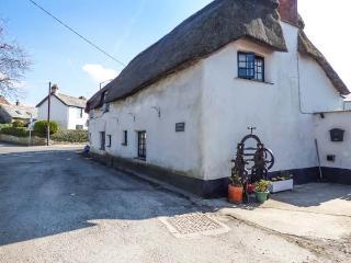 2 BRIDGE COTTAGES, thatched cottage, pet-friendly, lawned garden, woodburner, Bude, ref 933455