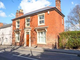 PARK VIEW, first floor, gas stove, off road parking, courtyard, in Melton Mowbray, Ref 935963