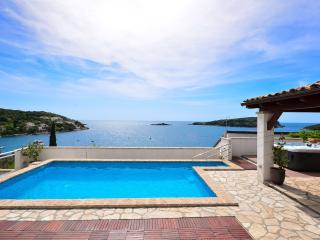 Seafront villa with pool and outside jacuzzi, Molunat