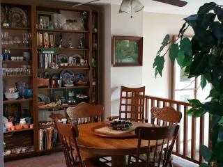 Dining room: seats 6, ceiling fan, bookshelf w/cookbooks, china, decor