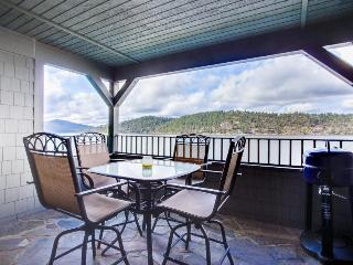 Lakefront condo with resort amenities (shared pool!) and marina access!