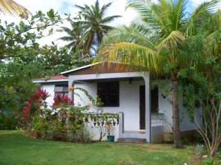 Fully equipped one bedroom cottage close to beach, Calibishie